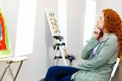 Giovane donna caucasica nella parte anteriore della galleria di arte di Fotografia Stock