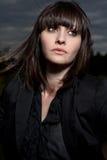 Giovane donna caucasica in una sosta con il cielo tempestoso Fotografie Stock