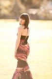 Giovane donna caucasica in una sosta con indicatore luminoso molle Fotografia Stock
