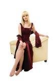 Giovane donna bionda sul sofà Immagine Stock