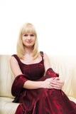 Giovane donna bionda sul sofà Immagine Stock Libera da Diritti