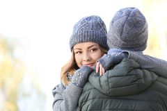 Giovane donna che abbraccia il suo ragazzo caro Fotografia Stock