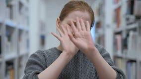 Giovane donna che aborre e che rifiuta offerta in caffè stock footage