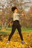 Giovane donna che allunga allenamento di esercizio dei muscoli Fotografia Stock Libera da Diritti