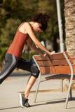 Giovane donna che allunga allenamento fuori Fotografie Stock Libere da Diritti