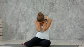 Giovane donna che allunga il suo collo e che distoglie lo sguardo dopo la classe di yoga fotografia stock