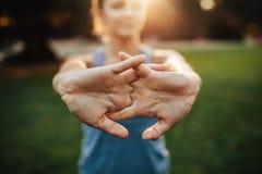Giovane donna che allunga le braccia all'aperto Fotografie Stock Libere da Diritti