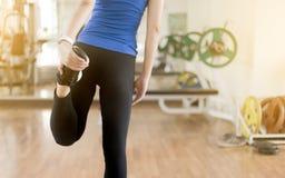 giovane donna che allunga le gambe prima dello PS della copia di esercizio di forma fisica di yoga Fotografia Stock