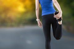 giovane donna che allunga le gambe prima dello PS della copia di esercizio di forma fisica di yoga Fotografie Stock Libere da Diritti