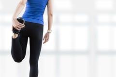 giovane donna che allunga le gambe prima dello PS della copia di esercizio di forma fisica di yoga Fotografia Stock Libera da Diritti