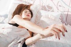 Giovane donna che allunga a letto primo piano Immagini Stock Libere da Diritti