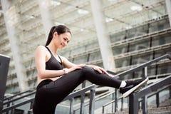 Giovane donna che allunga prima dell'correre Fotografie Stock