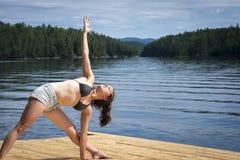 Giovane donna che allunga sul bacino del cedro Fotografia Stock Libera da Diritti