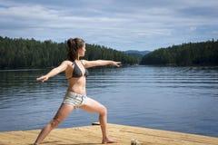 Giovane donna che allunga sul bacino del cedro Immagini Stock Libere da Diritti