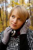 Giovane donna che ascolta con le cuffie Fotografie Stock