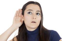 Giovane donna che ascolta il gossip Fotografie Stock
