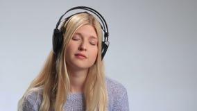 Giovane donna che ascolta la musica malinconica archivi video