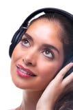 Giovane donna che ascolta la musica tramite le cuffie. fotografie stock libere da diritti