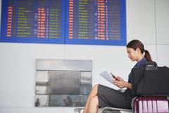 Giovane donna che aspetta nell'aeroporto Fotografia Stock Libera da Diritti