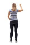 Giovane donna che batte su una porta fotografia stock libera da diritti