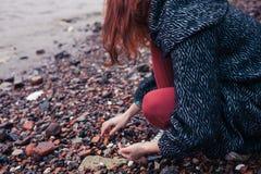 Giovane donna che beachcombing nella città Immagine Stock Libera da Diritti