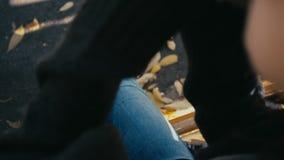 Giovane donna che beve caffè caldo nel parco di autunno archivi video