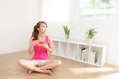 Giovane donna che beve tè caldo Fotografia Stock Libera da Diritti