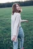 Giovane donna che cammina all'aperto Immagini Stock