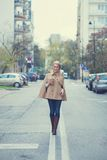 Giovane donna che cammina giù la linea centrale Immagine Stock