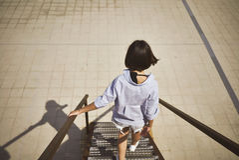 Giovane donna che cammina giù le scale fotografie stock
