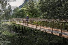 Giovane donna che cammina intorno al parco, Norvegia Fotografia Stock