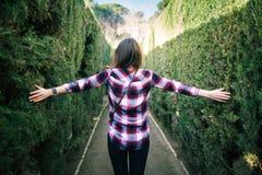Giovane donna che cammina nel labirinto del parco Fotografie Stock Libere da Diritti