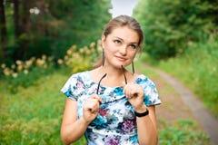 Giovane donna che cammina nel parco di estate. Fotografia Stock Libera da Diritti