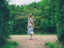 Giovane donna che cammina nella campagna Immagini Stock Libere da Diritti