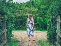 Giovane donna che cammina nella campagna Fotografia Stock