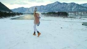 Giovane donna che cammina nella foresta nevosa video d archivio