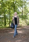 Giovane donna che cammina nella sosta Fotografie Stock Libere da Diritti