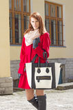 Giovane donna che cammina nella vecchia città Fotografia Stock Libera da Diritti
