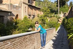Giovane donna che cammina su Alhambra Immagine Stock Libera da Diritti