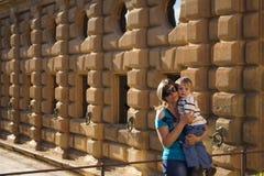 Giovane donna che cammina su Alhambra Fotografia Stock