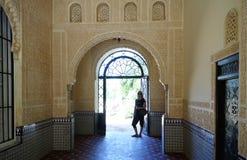 Giovane donna che cammina su Alhambra Immagine Stock