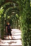 Giovane donna che cammina su Alhambra Immagini Stock