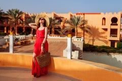 Giovane donna che cammina sul territorio dell'hotel Vacanze estive nell'Egitto Sguardo alla moda alla moda fotografia stock libera da diritti