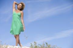 Giovane donna che cammina sulla spiaggia Fotografia Stock