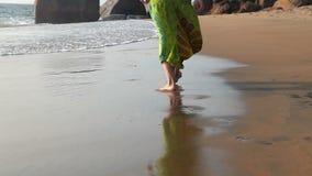 Giovane donna che cammina sulla spiaggia stock footage