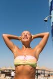 Giovane donna che cattura acquazzone Fotografia Stock