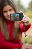 Giovane donna che cattura foto Immagine Stock Libera da Diritti