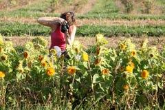 Giovane donna che cattura le maschere Fotografia Stock