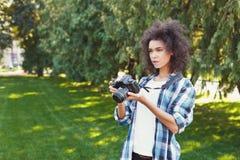 Giovane donna che cattura le maschere all'aperto Fotografia Stock Libera da Diritti