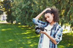 Giovane donna che cattura le maschere all'aperto Fotografia Stock